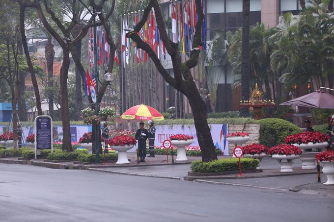 Đường Lý Thường Kiệt (Hà Nội), đoạn trước cửa khách sạn Melia cấm toàn bộ phương tiện và người qua lại. Trước sảnh khách sạn, nhiều cảnh sát, bộ đội đứng gác trang nghiêm.