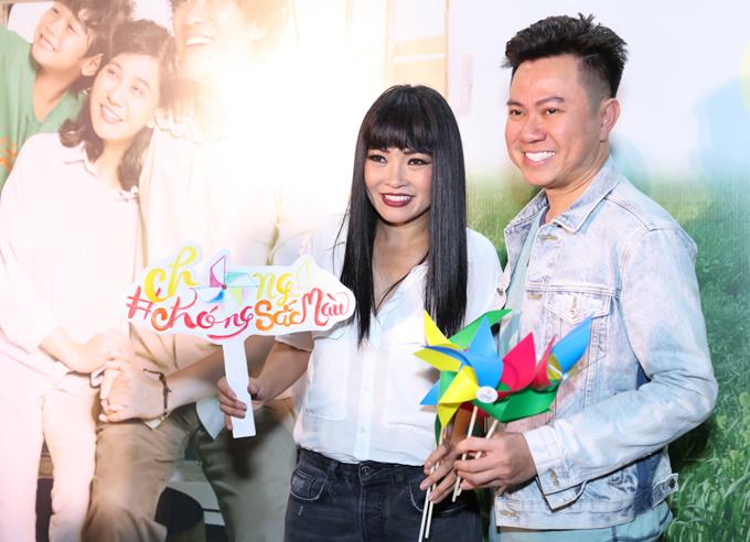 Ca sĩ Phương Thanh gặp gỡ đồng nghiệp thân thiết Quốc Đại ở rạp phim.