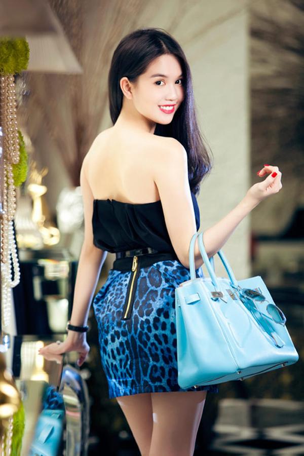 3 năm trước đây, túi Hermes là phụ kiện được Ngọc Trinh cưng chiều nhất. Cô chi tiền không tiếc tay để sở hữu các mẫu túi Hermes Brikin với nhiều màu sắc khác nhau.