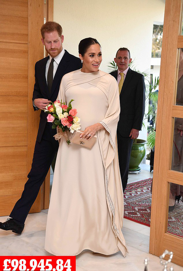 Tối cùng ngày, cặp vợ chồng hoàng gia dự tiệc chiêu đãi tại dinh thự của đại sứ Anh ở thủ đô Rabat, Morocco. Nữ công tước diện bộ váy bằng lụa cao cấp đính pha lê do thương hiệu  Dior thực hiện riêng, lấy cảm hứng từ kaftan - trang phục truyền thống của phụ nữ Morocco.Đầm Dior: khoảng  90.000 bảng.Clutch Dior satin: 1.390 bảng.Giày cao gót Dior: 590 bảng.Khuyên tai Birks Snowstorm: 6.966 bảng.Tổng cộng set đồ: 98.946 bảng (hơn 3 tỷ đồng).