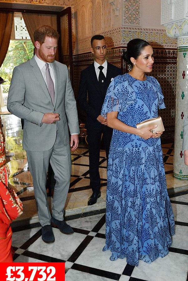 Trong ngày cuối cùng ở quốc gia Bắc Phi, Meghan chọn  bộ váy maxi màu xanh bay bổng  khi diện kiến Vua Mohammed VI và Thái tử Moulay tại tư dinh của quốc vương Morocco ở thủ đô Rabat, tối 25/2.Đầm Carolina Herrera thực hiện riêng: khoảng  3.222 bảng. Giày cao gót Gianvito Rossi: khoảng  510 bảng.Clutch Dior satin: như trên.Tổng cộng set đồ: 3.732 bảng (hơn 114 triệu đồng).Tổng cộng phục sức chuyến công du: 110.700 bảng (3,4 tỷ đồng).