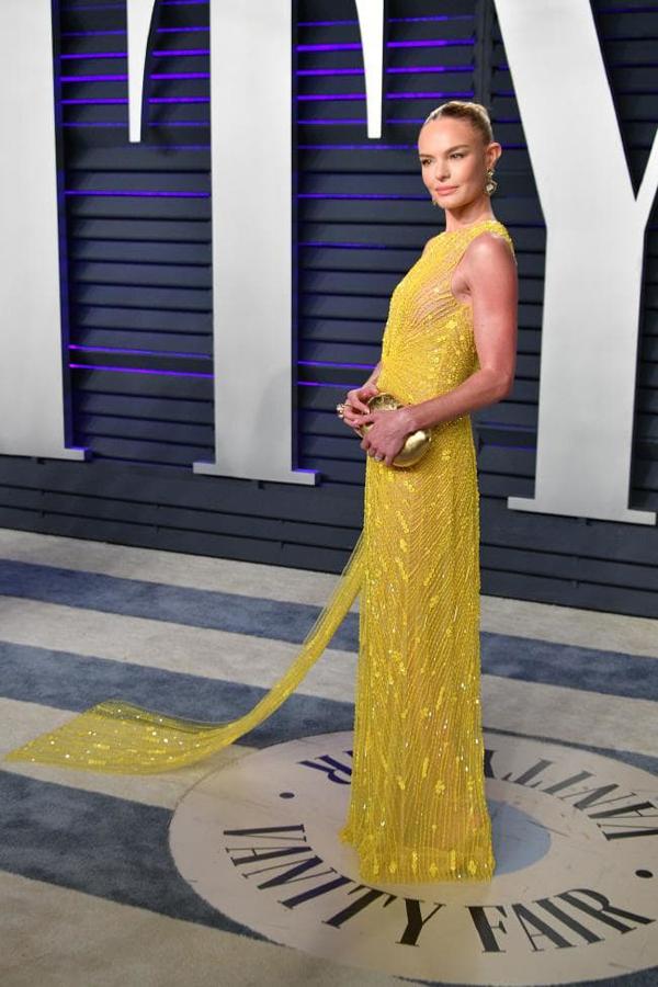 Kate Bosworth cũng khéo kéo khi kết hợp phụ kiện màu ánh bạc cùng tông với bộ trang phục.