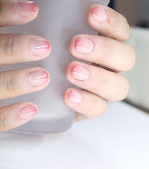 Xu hướng phết sơn ombre được phủ rộng, khólỗi mốt và tạo điểm nhấn cho bàn tay thêm trắng trẻo, hồng hào hơn.