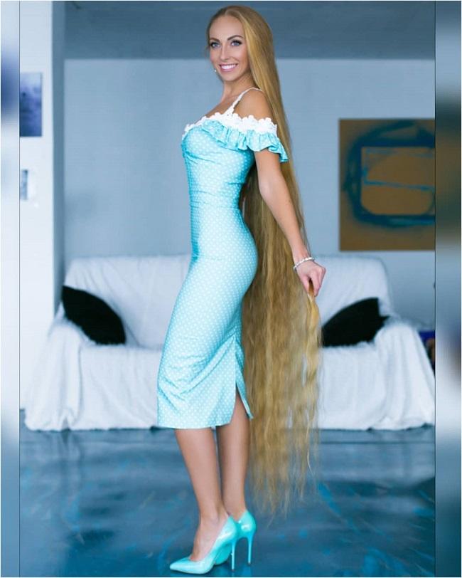 Bà mẹ người Ukraine chỉ sử dụng các sản phẩm có nguồn gốc tự nhiên và không dùng máy sấy hay máy tạo kiểu để bảo vệ mái tóc.