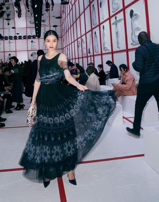 Ngày 26/2(giờ địa phương), Angelababy dự Tuần lễ Thời trang Paris 2019. Nữ diễn viên mặc đầm Dior kèm các phụ kiện của thương hiệu, gương mặt trang điểm đẹp rạng rỡ. Khác với vẻ gầy gò trong đời thường, bộ cánh điệu đà giúp cô tôn dáng vóc.