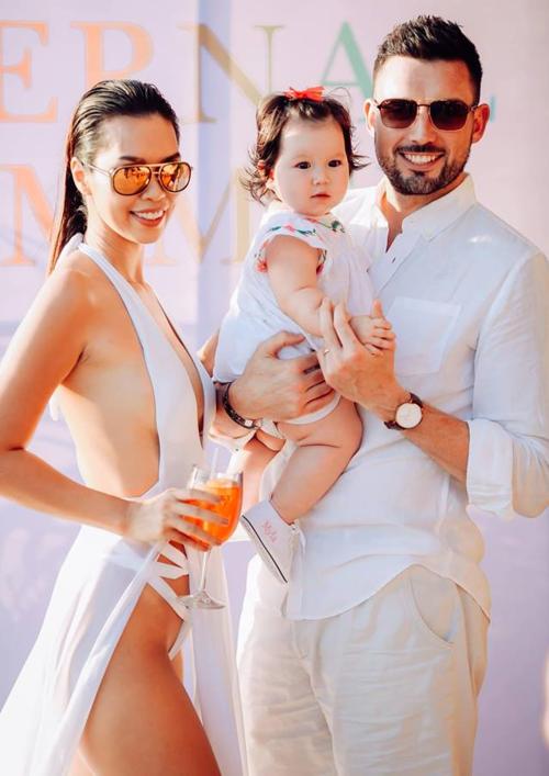 Nữ siêu mẫu có cuộc sống viên mãn bên chồng Tây và con gái Myla.