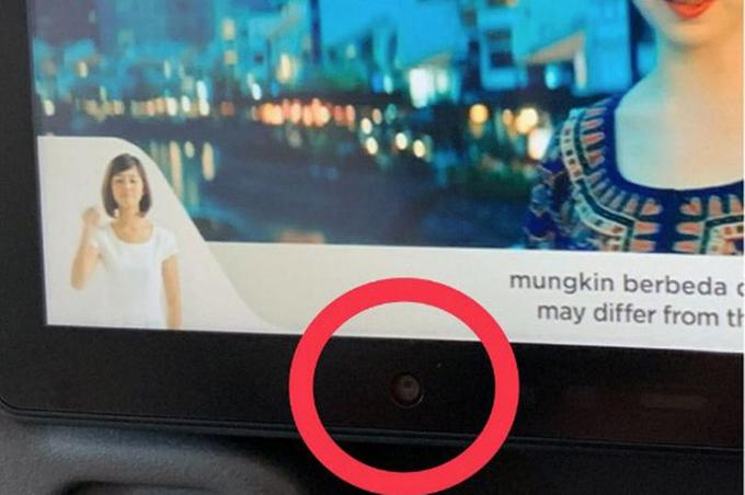 Hìnhtròn bị nhầmlà nútcảm biến trên màn hình giải trí củamột số máy bay của Singapore Airlines và United Airlines thực chất là camera. Ảnh: Twitter.