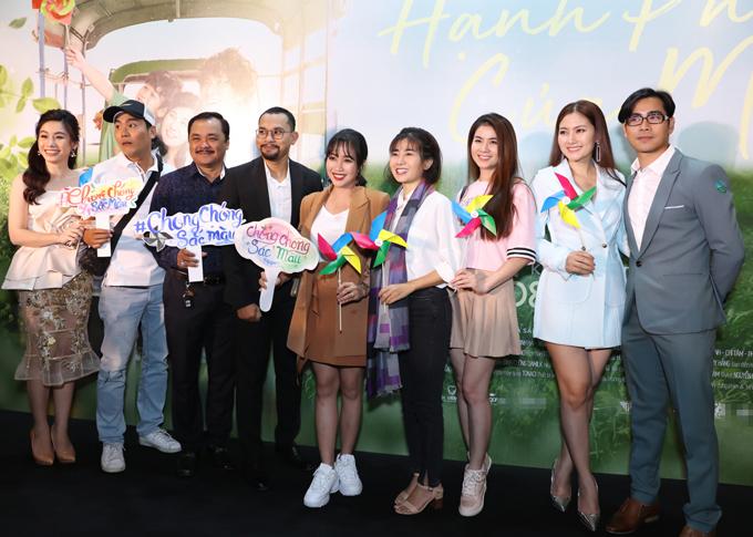 Dàn diễn viên chụp ảnh cùng đạo diễn Huỳnh Đông tại sự kiện.