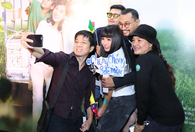 Đạo diễn Đoàn Minh Tuấn selfie với Phương Thanh, Kiều Trinh, Lâm Vinh Hải và Huỳnh Đông.