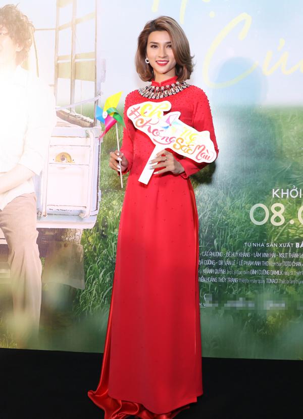 Diễn viên Kim Tuyến nổi bật khi mặc áo dài đỏ.