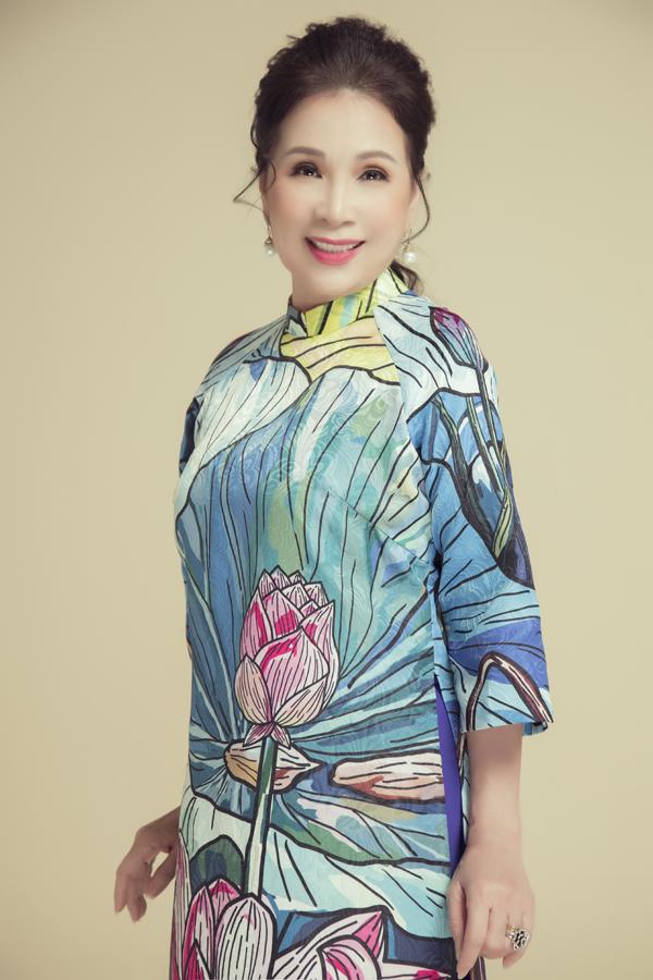 Nữ nghệ sĩ thích các thiết kế in họa tiết dân dã, đặc trưng của dân tộc như hình ảnh hoa sen, các bức tranh dân gian...