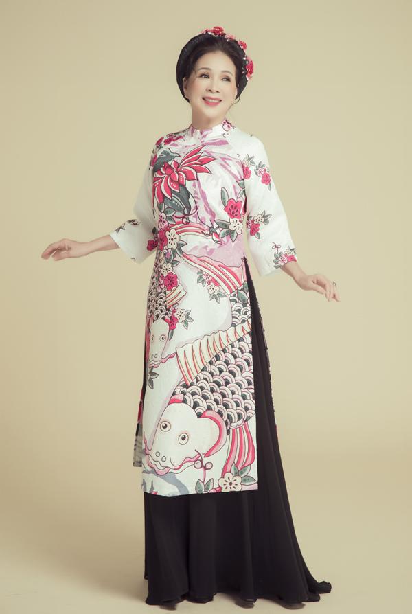 Kim Xuân đẹp nền nã khi diện áo dài in hình cá chép. Bộ ảnh do stylist Tân Đà Lạt và chuyên gia trang điểm, làm tóc Trâm Anh hỗ trợ thực hiện.