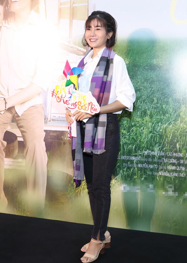 Diễn viên Mai Phương giản dị với áo sơmi, quần jeans. Sức khỏe của cô tạm thời ổn định sau thời gian điều trị ung thư phổi.