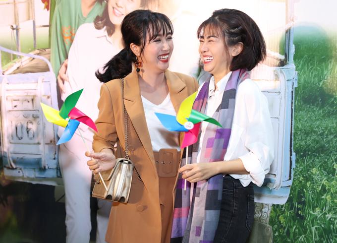 Nữ diễn viên cười tít mắt khi trò chuyện cùng bạn thân Ốc Thanh Vân.