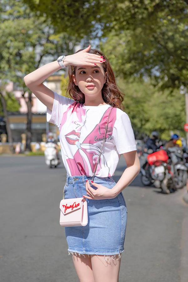 Sau khoảng thời gian dài đầu tư cho tủ đồ hiệu với các mẫu phụ kiện đến từ thương hiệu Hermes, Chanel, Ngọc Trinh bắt đầu mua sắm thêm các mặt hàng từ nhiều nhà mốt nổi tiếng.