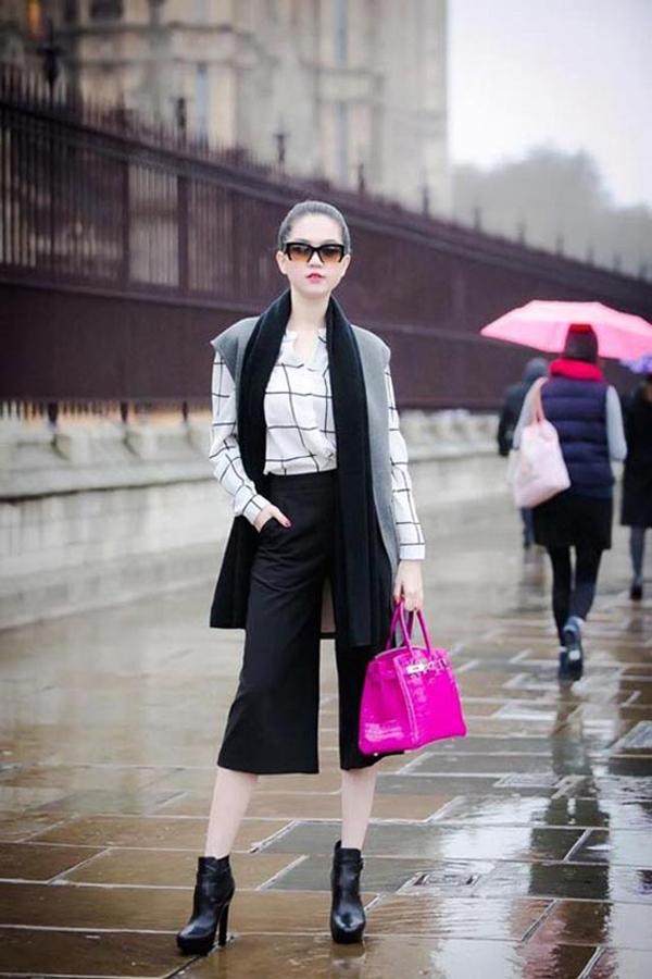 Chiếc túi có gam màu đậm chất bánh bèo được người đẹp phối cùng váy liền thân khi đi sự kiện và quần ống lửng khi dạo phố.