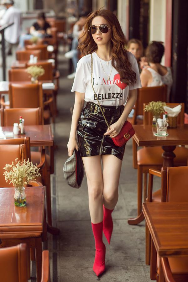 Phong cách street style của người đẹp cũng được đổi mới. Cô trông cá tính và sành điệu hơn với những set đồ thời thượng. Túi hiệu trở thành điểm nhấn tạo ấn tượng cho tổng thể thay vì chủ thể như trước đây.