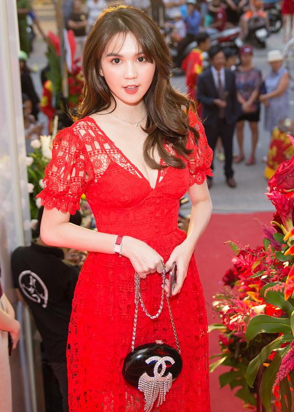 Khi xuất hiện tại các sự kiện, Nữ hoàng nội y không còn mang vác các mẫu túi Hermes. Thay vào đó, cô chọn các kiểu clutch đắt đỏ để mix cùng những mẫu váy điệu đà.