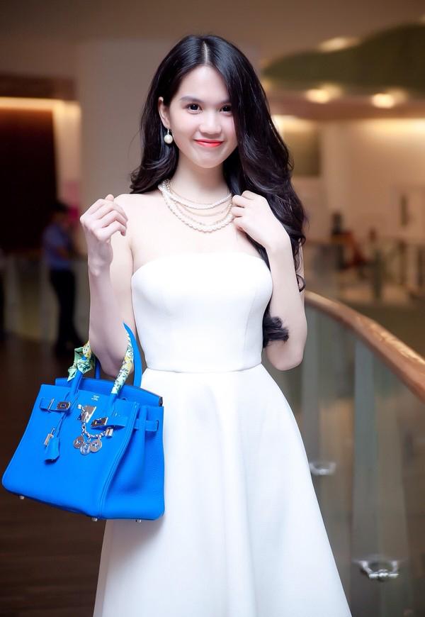 Vì quá yêu thích mẫu túi có kiểu khóa đặc trựng của thương hiệu nổi tiếng, nên cô sử dụng chúng ở mọi hoàn cảnh. Khi xuất hiện tại sự kiện, chụp ảnh thời trang, đi dạo phố, ra sân bay... Ngọc Trinh đều chọn túi Hermes để phối đồ.