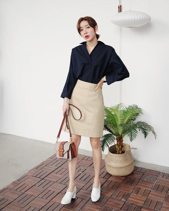 Những mẫu chân váy cũng là trang phục được phái đẹp công sở ưa chuộng. Bởi chúng có thể phối hợp cùng nhiều mẫu áo có kiểu dáng khác nhau.