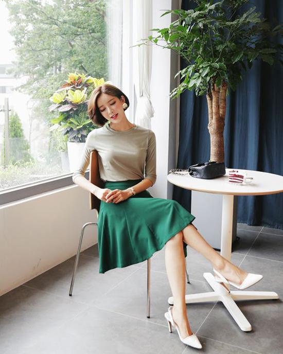Váy xòe chấm gối có thể mặc cùng các mẫu áo thun, blouse, sơ mi hay áo dệt kim. Chiều dài của váy vừa đủ khoe đôi chân thon nhưng vẫn khiến phái đẹp thanh lịch và tinh tế chốn văn phòng.