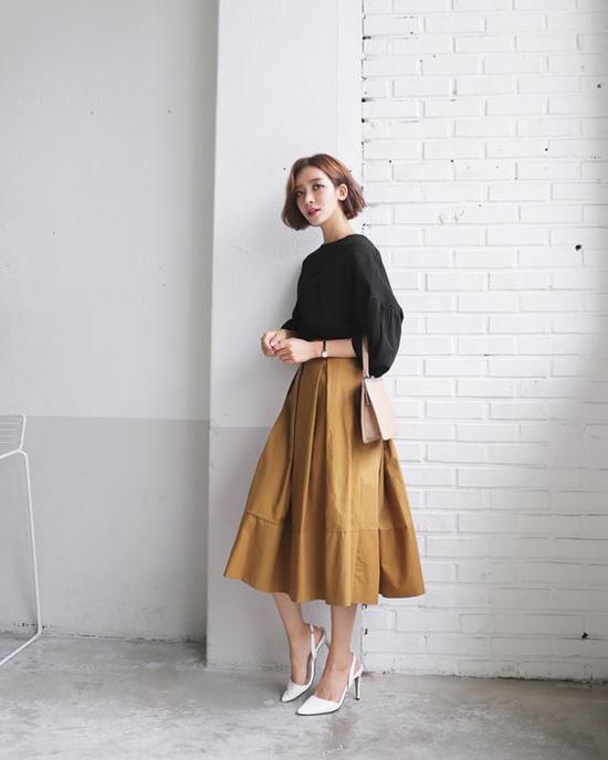 Chân váy midi dáng xòe, áo blouse là cặp bài trùng luôn tạo nên hình ảnh điệu đà và thanh nhã cho chị em công sở.