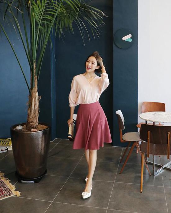 Thay vì chân váy bút chì ôm sát vòng 3, các mẫu chân váy chữ A, váy xòe dáng ngắn sẽ mang lại cảm giác thoải mái khi đi làm.