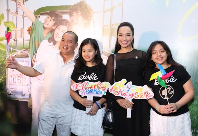 Gia đình Thúy Hạnh mặc ton-sur-ton đen trắng đi xem phim cùng nhau.