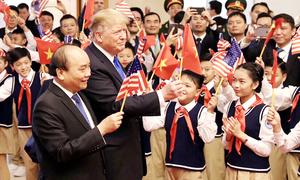 Tổng thống Trump vẫy cờ Việt Nam, mời Thủ tướng Phúc cầm cờ Mỹ