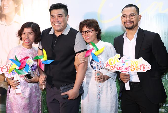 Đạo diễn Trần Vi Mỹ (thứ hai từ phải qua) cùng nhiều bạn bè đến chúc mừng Huỳnh Đông.