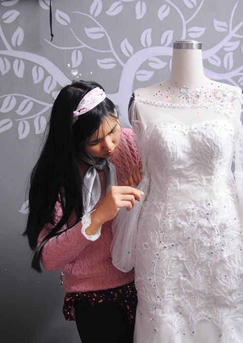 Cô dâu Thu Trang (kinh doanh mỹ phẩm thiên nhiên, Hà Nội) trong quá trình may váy