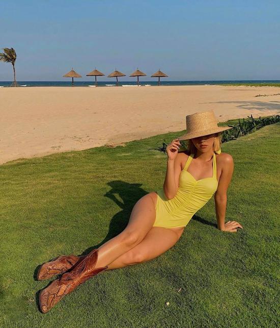 Muốn nổi bật và gây ấn tượng với người đối diện khi đi du lịch biển, các nàng có thể chọn mẫu áo tắm tông vàng rực rỡ của Quỳnh Anh Shyn.