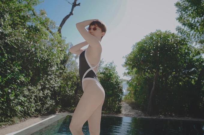 Nếu tự tin vớihình thể thon gọn thì các nàng đừng ngại chọn mẫu áo tắm liền thân, cut-out ấn tượng như Tóc Tiên. Cách phối hợp đường viền trắng tương phản với trang phục đen càng tạo điểm nhấn ấnh tượng cho đường cong sexy.