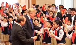 Bé thấp nhất lớp ngạc nhiên vì được vào đoàn đón ông Trump