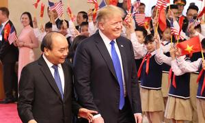 Lý do ông Trump thường mặc suit rộng, thắt cà vạt dài 'bất tận'