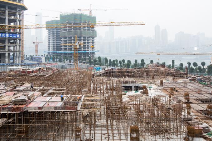 Đến năm 1997, Longfor bán dự án nhà ở đầu tiên tại thành phố Trùng Khánh với giá 157 USD/m2, cao gấp đôi thu nhập trung bình của hộ gia đình Trung Quốc tại thời điểm đó. Tuy nhiên dự án vẫn thu hút nhiều người mua và gây được tiếng vang lớn.