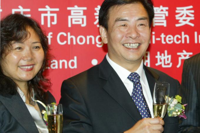 Năm 1993, sau khi trải qua rất nhiều rắc rốitrong quá trình mua căn hộ đầu tiên của mình, từ việc thiếu khí đốt tự nhiên đến cơ sở hạ tầng kém, bà Wu đã nảy ra ý tưởngthành lập công ty bất động sảnLongfor Properties cùng với chồng là ông Cai Kui.