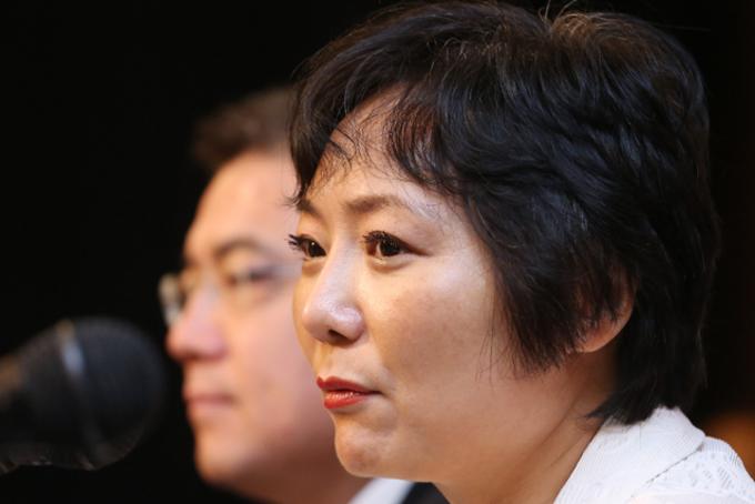 Năm 2012, bà là nữ tỷ phú giàu nhất Trung Quốc cho đến khi ly hôn chồng cùng năm đó. Bà mất gần 3 tỷ USD sau khi chia khoảng 40% cổ phần tại công ty cho chồng cũ. Tuy nhiên, tài sản của bà đã tăng đáng kể. Năm 2017, bà đứng thứ 7 trong danh sách nữ tỷ phú tự thân toàn cầu với tài sản 4,6 tỷ USD của Bloomberg Billionaires Index. Hiện nay, bà là người dẫn đầu.