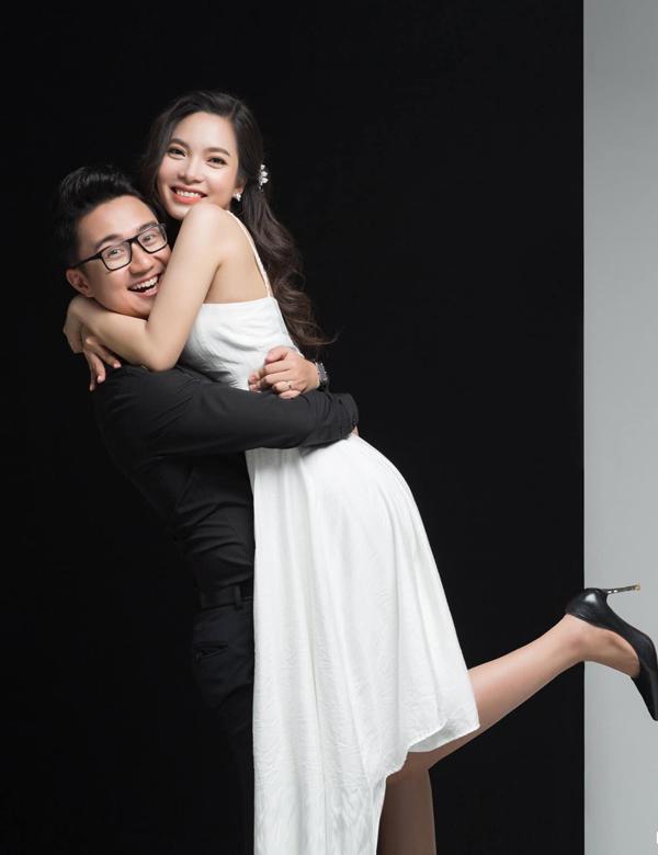 [Caption] Sau 6 năm yêu nhau và 2 lần cầu hôn, MC Dương Sơn Lâm đang vô cùng hạnh phúc trước thềm đám cưới sẽ được tổ chức vào ngày 4/3 sắp tới. Anh cũng hé lộ bộ ảnh cưới vô cùng dễ thương cùng bà xã của mình. Cặp đôi