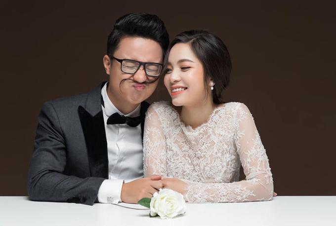Chàng MC diễn hài hước bên vợ yêu khi chụp ảnh cưới.