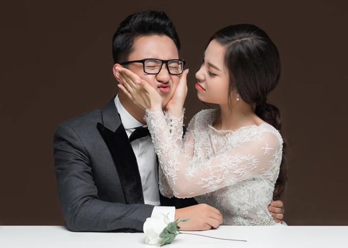 Cô dâu nựng má chú rể quá đà trong buổi chụp ảnh cưới. Do chỉ chênh nhau một tuổi nên họ có nhiều sở thích, điểm chung trong cuộc sống.