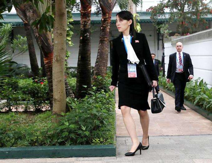 Kim Yo-jong đi sau anh trai Kim Jong-un ở khuôn viên khách sạn Metropole, Hà Nội, sáng 28/2. Ảnh: Reuters.