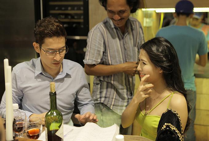 Văn Phượng ngượng ngùng khi đọc kịch bản mô tả đoạn cô và Huy Khánh phảihôn nhau bạo liệt bên bàn ăn.