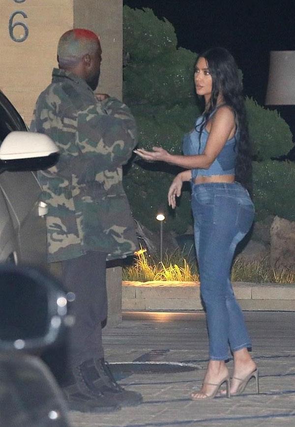 Chiếc quần jeans giúp Kim tôn lên vòng ba trứ danh.