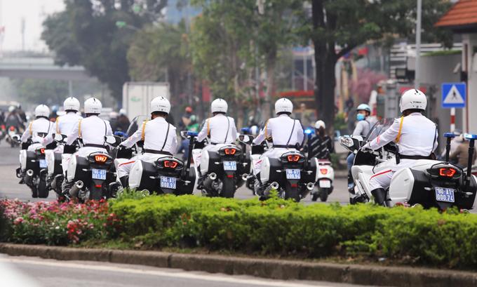 Đoàn môtô trắng thu hút sự chú ý khi đi trên phố Hà Nội. Ảnh: Lương Dũng.