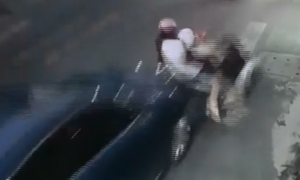Ba mẹ con bị ôtô tông khi dừng xe giữa đường nghe điện thoại