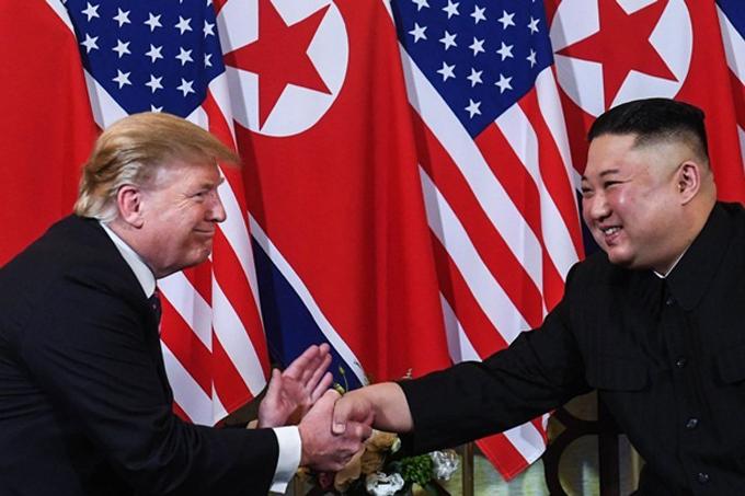 Hai nhà lãnh đạo bắt tay nhau vui vẻ trong cuộc gặp tại Hà Nội tối 27/2. Ảnh: AFP.