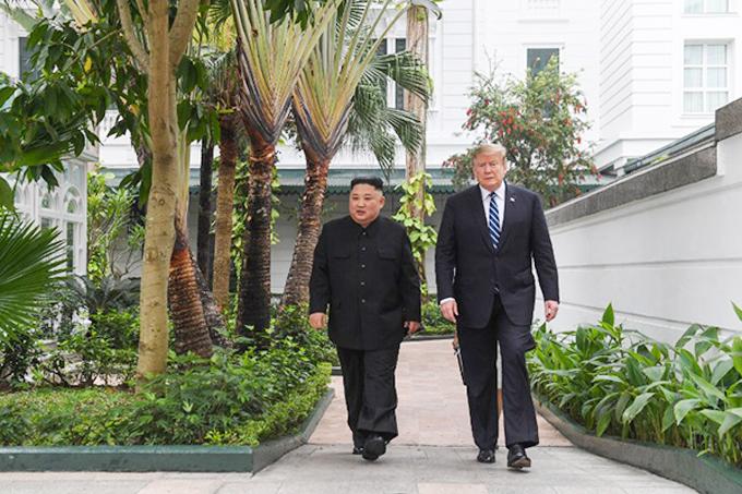 Tổng thống Mỹ Donald Trump và Chủ tịch Triều TiênKim Jong-un đi dạo trong khuôn viên khách sạn Metropole sáng 28/2. Ảnh: AFP.