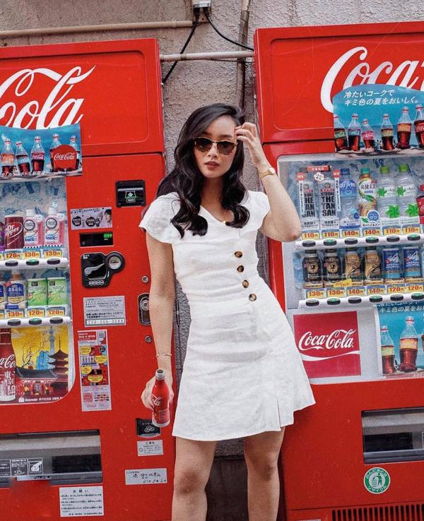 Sắc trắng thường được ưa chuộng trong mùa nắng và khi được thể hiện trên chất liệu line luôn tạo nên mẫu trang phục hoàn hảo cho mùa hè.