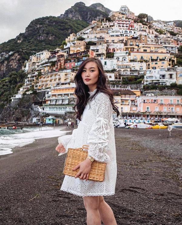 Đầm suông cắt laser phối cùng sandal, phụ kiện túi cói, túi nan sẽ giúp các bạn gái trở thành quý cô mùa hè đúng điệu.